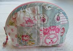 CUTE diy quilted makeup bag - found this site with great instructions! Nice gifts for next Christmas, filled with some Bath & Body products? Yes, I think so!