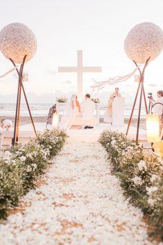 All-white beach wedding décor. opción para escenario de ceremonia