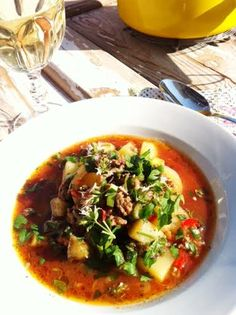 Välimerellinen jauhelihakeitto: Kipparin morsian Koti, Thai Red Curry, Beef, Ethnic Recipes, Meat, Steak