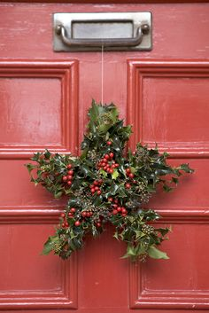 Homemade Christmas: See how to make this festive, holly and ivy, star door decoration. Photographer: Sarah Cuttle