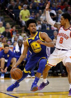 Golden State Warriors' Quinn Cook (4) heads to the basket against Phoenix Suns' Tyler Ulis (8) in the fourth quarter at Oracle Arena in Oakland, Calif., on Sunday, April 1, 2018. (Nhat V. Meyer/Bay Area News Group)