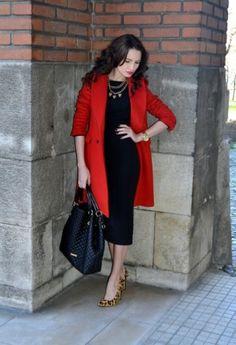 комплект для встречи выпускников - облегающее платье-футляр и красное пальто