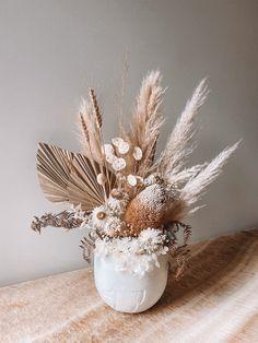 Modern Flower Arrangements, Vase Arrangements, Dried Flower Bouquet, Dried Flowers, Diy Kitchen Decor, Arte Floral, Gras, How To Preserve Flowers, Decoration Table