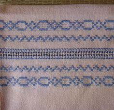 VALOR UNITÁRIO  Toalha para lavabo confeccionada em tecido de algodão rústico , desfiada e rebordada à mão, com barrado em macramê e acabamento em ponto paris.  Medidas aproximadas : 39 X 59 cm