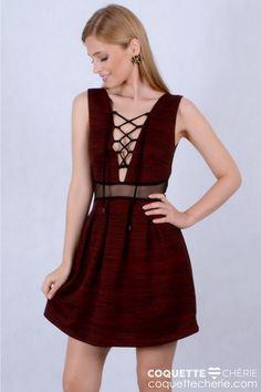 Um dos vestidos mais românticos da coleção, tem a saia estruturada e rodada! O tecido é texturizado em tons de preto e vermelho. A transparência na cintura e o decote com amarração agregam sensualidade. Use em festas, aniversários e formaturas. -- Aniversário 15 anos -- Festa -- Formatura