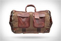 BOLSA DE VIAJANTE - TRAVELER DUFFLE  A empresa Will Leather Goods foi fundada por Will Adler que tem mais de trinta anos de experiência em artesanato de couro. veja esta linda bolsa e mais detalhes no nosso site.