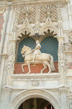 Statue équestre de Louis XII sur la façade du Château de Blois