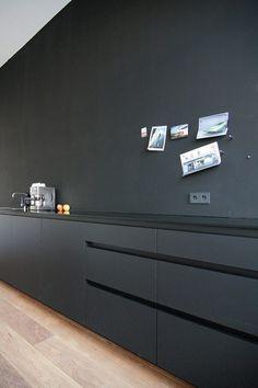 Zwart is voor veel mensen een moeilijke tint om in het interieur mee te werken. Jammer, want zwart geeft een interieur een stijlvolle uitstraling. Gelukkig vonden wij een aantal inspirerende voorbeelden! - Zwarte keuken.