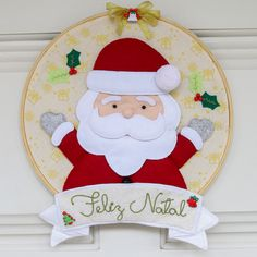 Enfeite de Natal em feltro costurado a mão com acessórios. Christmas Plates, Christmas Sale, Christmas Holidays, Christmas Wreaths, Christmas Decorations, Xmas, Christmas Ornaments, Holiday Themes, Holiday Decor