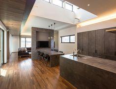 【公式:ダイワハウスの注文住宅サイト】建築事例・実例を住まい方別にご覧いただけます。「中庭を囲んで回廊するスタイリッシュな平屋」 Kitchen Styling, Kitchen Decor, Natural Interior, Open Plan Kitchen, House Design, Dining, Living Room, Architecture, Wood