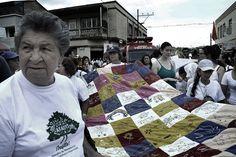 1. Las madres de las víctimas tejen la colcha de la memoria. Crédito Rodrigo Grajales.