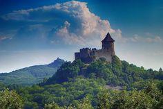 Hrad Šomoška (v pozadí Salgó) z rozhľadne pri kameňolome Mačacia.