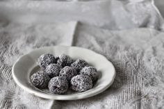Chokladbollar   Švédské čokoládové kuličky (foto Kristina Hruba, zdroj devceuplotny.cz) Au Pair, Blackberry, Baking, Fruit, Food, Christmas Ideas, Bakken, Essen, Blackberries