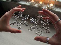Практически валентинка получилась)) Хочется больше фотографировать стекляшки в руках для масштаба, но редко такая возможность бывает. В лапке слева - снежинка обычного размера, 9см, такие в этом году есть разве что в Скрябинке и будут у меня в очень малом количестве на последнем дне ярмарки, когда…