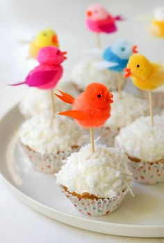 Cute little bird cupcake toppers. Farm Birthday, Birthday Parties, Blog Bebe, Bird Party, Pom Pom Crafts, A Little Party, Cupcakes, Childrens Party, Happy Day