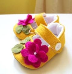 Felt Mary Jane Baby Shoes via etsy shop ivory and moss Virden, these are felt shoes done right! Felt Baby Shoes, Baby Girl Shoes, Girls Shoes, Baby Boy, Sewing For Kids, Baby Sewing, Baby Crafts, Felt Crafts, Baby Yellow