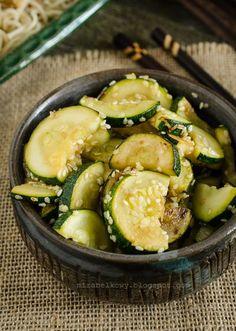Fajny pomysł na cukinię jako warzywny dodatek do potraw kuchni azjatyckiej – zarówno mięsnych, jak i wegetariańskich. Dość neutralna w smaku...