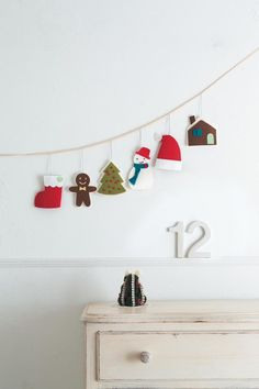 もともとは勝利や成功のしるしとして、頭や首に飾る冠や首飾りのことをガーランドとよんでいました。 今では、ドアや窓に吊るす花や木の実などのことを言うそうです。 ガーランドと一口にいっても、本当に種類は様々。 定番のフラッグガーランドの他にも、かわいいガーランドを集めてみました。 クリスマスのインテリアにガーランド、手作りしてみませんか?