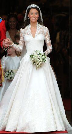 21 königliche Hochzeitskleider, getragen von echten Prinzessinnen Kate Middleton, die Herzogin von Cambridge, 2011 Wer könnte Kate Middleton in ihrem atemberaubenden Kleid von Alexander McQueen vergessen?!