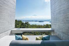 En pleine nature japonaise, la petite enseigne Hoshinoya a imaginé un point de chute d'une luxueuse simplicité. Une terrasse.