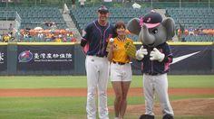 中信兄弟本周末在新莊球場舉行「For Girls Power棒球女孩日」,邀請日本最強「棒球女孩」稻村亞美來台擔任嘉賓,繼昨(7)日從許銘傑手中揮出安打後,今天她擔任開球嘉賓,雖然第1球發生暴投,但第2次開球投出104公里的速球,驚豔全場。為了今天要擔任開球嘉賓,稻村亞美透露,自己在來之前就有和哥哥傳接球、跑步,做好準備才來,但首度來台開球,她還是直呼「真的非常緊張」。兄弟賽前透過抽籤決定開球捕手為昨日拿下勝投的希克…
