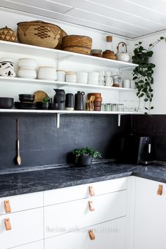 Love this black and white kitchen with open shelving. Those dark grey counters with matching wall look so sharp against all the white // Studio Arhoj Ceramics heimatbaum.com