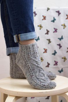 Cable Knit Socks, Wool Socks, My Socks, Knitting Socks, Diy Shorts, Winter Socks, Cozy Winter, Knitted Slippers, Knit Slippers Pattern