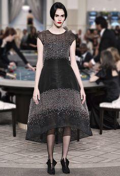Haute Couture Chanel. Em clima de cassino, Karl Lagerlfel mostrou muito bordado, com efeito de tweed, cristais, pérolas e também vestidos curtos