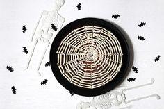Halloweenkake med spindelvev Decorative Plates, Tableware, Baking, Halloween, Home Decor, Dinnerware, Decoration Home, Room Decor, Dishes