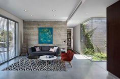 הבית שונה משכניו מבחינה סגנונית, וגם מבחינת הגודל והפרופורציות – 130 מטרים רבועים שמתפרשים על פני קומה אחת (צילום: עמית גושר)