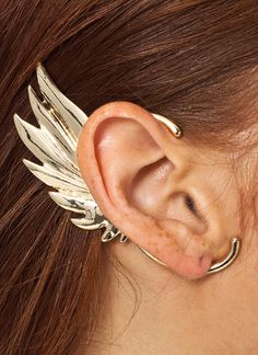 Get your Greek goddess on with this single wing charm ear cuff.
