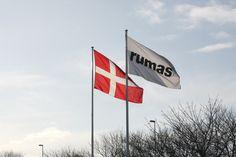 Vi ønsker STORT tillykke til vores kære direktør John Pedersen der idag fylder rund. Hav en skøn dag med dine kære, Pedersen :) Flaget vejer over Rumasgaarden.