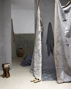 I <3 neutrals, especially greys. I'm seriously considering recreating these painted drop-cloth curtains. -  Uit de klei getrokken | vtwonen