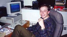 Илон Рив Маск родился в ЮАР 28 июня 1971 года в смешанной канадско-южноафриканской семье. Своим первым компьютером он обзавелся в десять лет, а спустя два года впервые на нем заработал, продав за $500 игру Blastar, которую сам спрограммировал. Полученные деньги вложил в акции одной фармацевтической компании. В 17 лет, после окончания школы в Претории, Илон Маск решил эмигрировать из ЮАР в США. Впрочем, сразу ему это сделать не удалось: Илон Маск переехал в Канаду к родственникам своей…