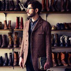 4bd270fae035 Manteau à chevrons, chemise et écharpe Magasin Chaussure, Homme Élégant,  Vestimentaire, Style