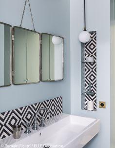 Salle de bain avec détails carreaux-de-ciment-noirs-et-blancs, miroir vintage en triptyque.