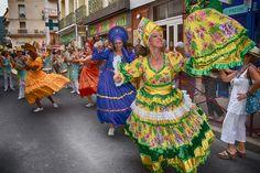 https://flic.kr/p/Knfrvf | 74ème Festival Folklorique International Danses et Musiques du Monde | N'hésitez pas à consulter notre site internet www.tourisme-amelie.com  Dès le début du 20° siècle et notamment lors des fêtes du Carnaval, un groupe de jeunes gens et de jeunes filles exécutait dans les rues de la ville des danses folkloriques catalanes.  Jean TRESCASES, fondateur des Danseurs catalans d'Amélie les bains en 1935, créa en 1936 un festival folklorique des provinces françaises.  Et…