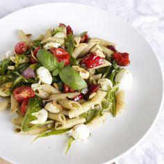 Een heerlijke salade gemaakt met warm geroosterde groente, pesto, basilicum en volkoren spelt pasta