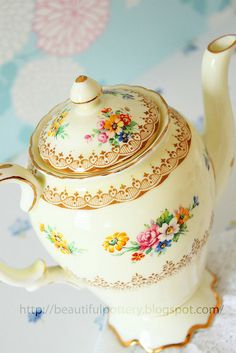 What a wonderfully pretty floral patterned vintage teapot - if this doesn't make you want to whip up a match of scones, nothing will!