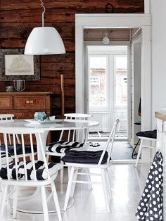 Loads of black and white + wood style English Interior, Country Interior, Country Decor, Knotty Pine Decor, Weekend House, Tiny House Cabin, Cottage Interiors, White Rooms, Scandinavian Home