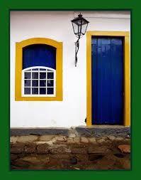 Resultado de imagem para fachadas de casas branco e janelas azuis