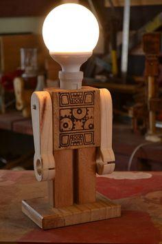 O estúdio LG traz seus objetos decorativos feitos com madeira reciclada, como esse robô, misto de brinquedo e luminária