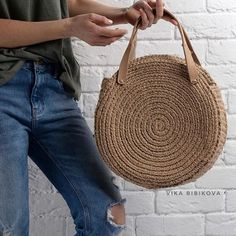 A free summer crochet pattern to make a raffia crochet bag. This will make a perfect beach bag.crochelinhasagulhas: Um motivo Crochet everything., T-shirt yarn. Crochet Handbags, Crochet Purses, Crochet Bags, Handmade Handbags, Handmade Bags, Round Bag, Custom Bags, Knitted Bags, Purses And Bags