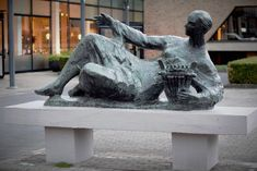 Muziek 1961 Voor de schouwburg Tilburg. Gemaakt door Mari Andriessen . Foto Els Hendrickx
