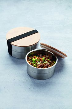 Op zoek naar een praktische lunchboxdie gemakkelijk mee kan nemen? De Point-Virgule rondelunchbox is geschikt voor een snack mee te nemen of om eten te bewaren in de koelkast. De doos is gemaakt van roestvrijstaal en de deksel van bamboe. De lunchbox heeft een stijlvol en tijdloos design. De lunchbox is niet vaatwasserbestendig, maar je kunt hem schoon maken met een sopje. Le Point, Dog Bowls, Pr, Lunch Box, Bento Box