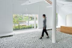 Yusuke Seki stacks concrete-cast ceramics inside the Maruhiro flagship - News - Frameweb
