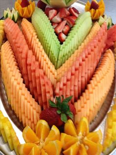 Enhance your event with a food Sculpture in ice, bread, butter, chocolate and sugar. Garnishing Made Easy. Fruit Buffet, Fruit Dishes, Fruit Trays, Healthy Fruits, Fruits And Veggies, Fruits Decoration, Food Decorations, Fruit Platter Designs, Platter Ideas
