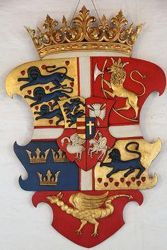 Coat of arms of Frederick IV of Denmark and Norway, Akershus Castle (Oslo, Norway), photo by *pcos57. -- [croix pattée d'argent bordée de gueules (Danebrog), cantonnée en 1 Danemark; en 2 Norvège ancien; en 3 Suède moderne; 4 royaume des Goths; en plaine, royaume des Vandales; sur-le-tout écartelé : 1 Schleswig; 2 Holstein; 3 Storman; 4 Ditmarsie; sur-le-tout-du-tout parti Oldenbourg et Delmenhorst].