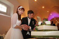 man beachte die #Handhaltung an der #Hochzeitstorte