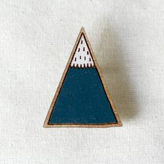 You will receive the blue mountain brooch. Mountains also come in green. If you buy both, you will have mountain ranges. Excellent.